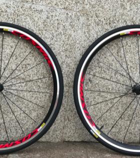 El par de ruedas MAVIC Cosmic Elite para cubiertas es un conjunto perfecto para los ciclistas de carretera y los participantes en triatlones con presupuestos más reducidos. Un modo de disfrutar de los sistemas rueda-cubierta aerodinámicos de la marca francesa. El perfil alto de 30 mm hace que estas ruedas sean especialmente aerodinámicas y las cubiertas específicas MAVIC Yksion Elite son muy ligeras y apenas ofrecen resistencia al rodamiento. La calidad de fabricación de las ruedas es similar a los productos de alta gama, Destacan las llantas de aluminio con racor soldado al arco y alisado: las superficies de frenada mecanizadas (UB Control), los rodamientos de doble sellado o la rueda libre con elementos de transmisión reforzados.