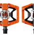 otro. Doubleshot te permite decidir entre rodar con unos pedales planos o unos automáticos. Los nuevos pedales híbridos Doubleshot de Crank Brothers están diseñados a dos mitades: una plana y otra automática, por lo tanto ideales para los amantes de Enduro, DH, que nunca saben por que pedal decidirse. Al igual que el resto de los pedales de Crankbrothers el barro no será un problema ya que es el pedal del mercado que mejor lo desaloja. Regulación del ajuste: las calas Premium de Crank Brothers podrán ajustarse para obtener un ángulo de liberación de 15° o 20°. Las calas con flotación nula pueden comprarse por separado. El rodamiento interno incluido es el LL-Glide, creado en exclusiva por Crank Brothers. Rinde adecuadamente por los senderos, incluso en las condiciones más adversas.
