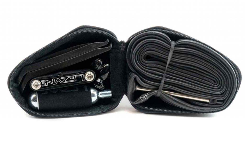 Bolsa interna La bolsa interna se ha diseñado para guardar enseres esenciales: • Desmontables • Una cámara • Bombona de Co² de 16 g • Multiherramienta