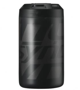 Esta lata de herramientas es una reinterpretación de un bidón de agua Syncros. Está diseñada especialmente para mantener las herramientas, la microbomba y la cámara a salvo del polvo y del agua en un diseño limpio y práctico.